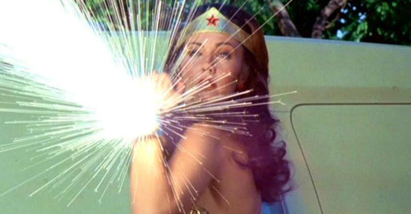 wonder-woman-reflecting-bullets